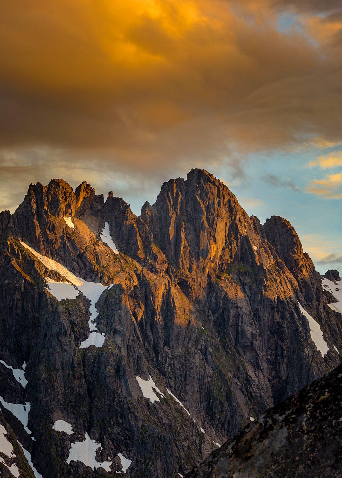 Trollfjordtindane i solnedgang av Kåre Johansen
