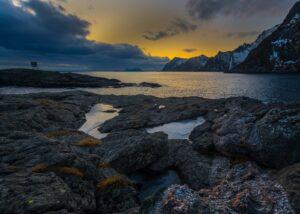 Solnedgang ved fiskeværet på Hamnøy., fotokunst veggbilde / plakat av Eirik Sørstrømmen