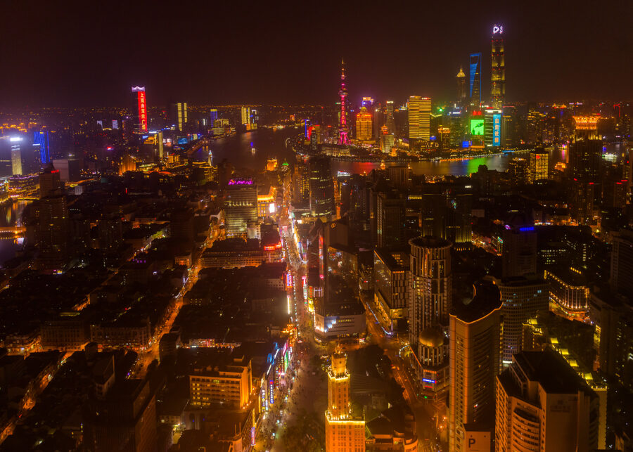 Nanjing Road by night av Kåre Johansen