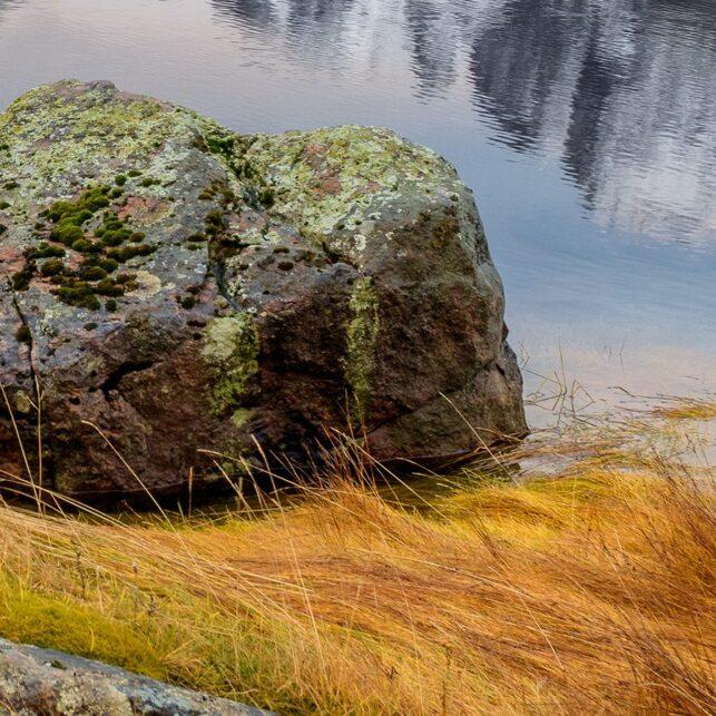 Steiner i vannkanten, fotokunst veggbilde / plakat av Kåre Johansen
