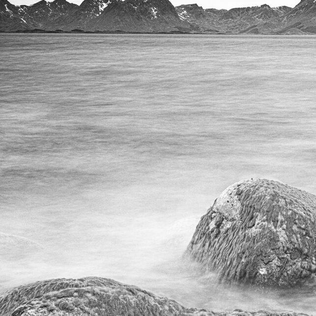 Steiner i sjøkanten, fotokunst veggbilde / plakat av Kåre Johansen
