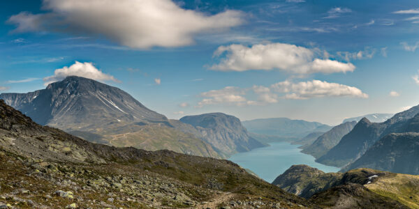 Bildet er tatt med utsikt østover på toppen rett før nedstestigningen til Memurubu når man går Bukkelegeret., fotokunst veggbilde / plakat av Kåre Johansen