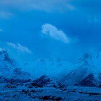 Fjellrekke i blåtimen, fotokunst veggbilde / plakat av Kåre Johansen