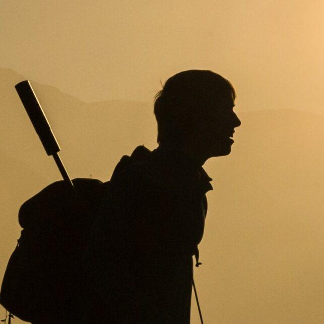 Jegeren har kommet over tåketeppet nede i dalen, fotokunst veggbilde / plakat av Kjell Erik Moseid