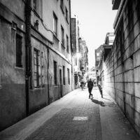 Folk vandrer i bakgatene mellom Dublins barer., fotokunst veggbilde / plakat av Kjell Erik Reinhardtsen
