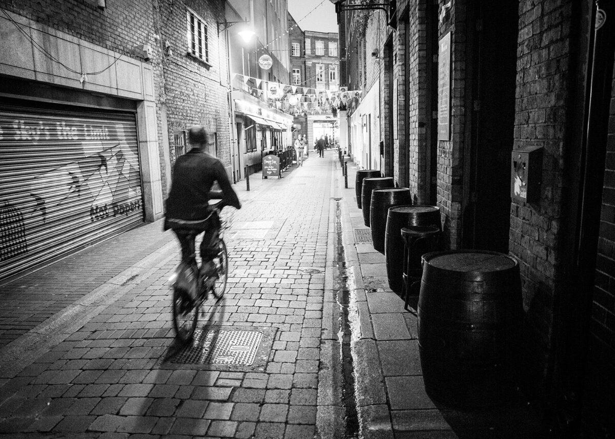Whiskeytønner er en naturlig del av Dublins bybilde., fotokunst veggbilde / plakat av Kjell Erik Reinhardtsen