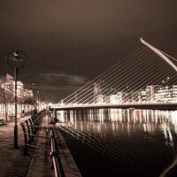 Brua har formen til den tradisjonelle irske harpen, og er oppkalt etter den Irske forfatteren Samuel Beckett som vant Nobels Litteraturpris i 1969., fotokunst veggbilde / plakat av Kjell Erik Reinhardtsen