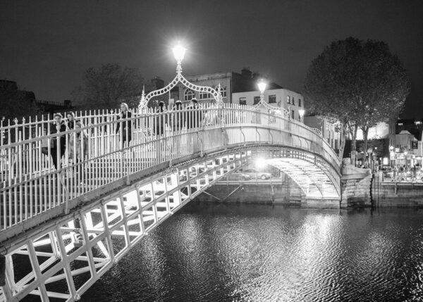 Ha'penny bridge er en av de mest ikoniske gangbruene over elva Liffey, som renner rett gjennom Dublin sentrum., fotokunst veggbilde / plakat av Kjell Erik Reinhardtsen