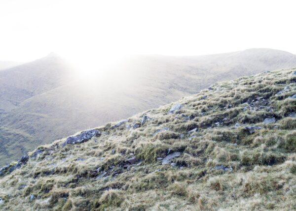 Morgensola bikker over fjellet Cnoc na Péiste., fotokunst veggbilde / plakat av Kjell Erik Reinhardtsen