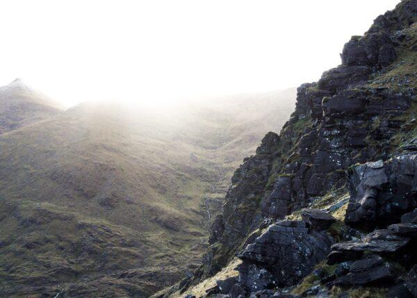 Klatreruta Howling ridge opp til Irlands høyeste fjell, Carrauntuohill, lever opp til navnet sitt. Men morgensola myker opp stemningen., fotokunst veggbilde / plakat av Kjell Erik Reinhardtsen