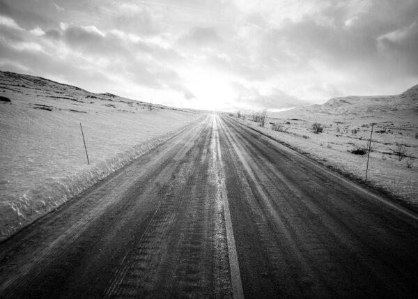 Valdresflya er normalt vinterstengt, men veien er åpen i fram til de første store vinterstormene., fotokunst veggbilde / plakat av Kjell Erik Reinhardtsen