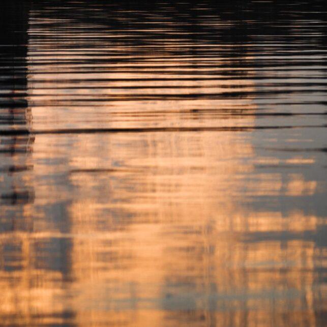 Lykt og fjell i solnedgang med refleksjon, fotokunst veggbilde / plakat av Kristoffer Vangen