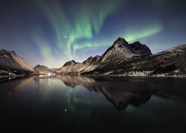 Fjell og nordlys, fotokunst veggbilde / plakat av Kristoffer Vangen