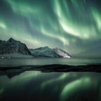 Nordlys med fjell og refleksjon, fotokunst veggbilde / plakat av Kristoffer Vangen