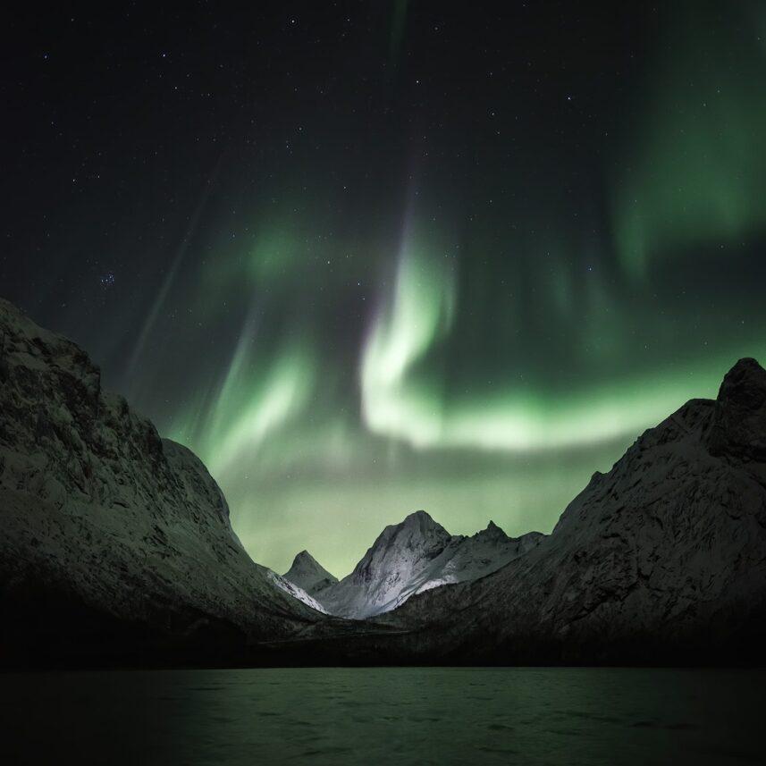 Opplyste fjell med nordlys, fotokunst veggbilde / plakat av Kristoffer Vangen