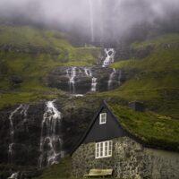 Gammelt hus i idylliske omgivelser, fotokunst veggbilde / plakat av Kristoffer Vangen
