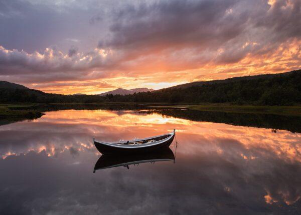 Spissebåt i solnedgang med refleksjoner, fotokunst veggbilde / plakat av Kristoffer Vangen