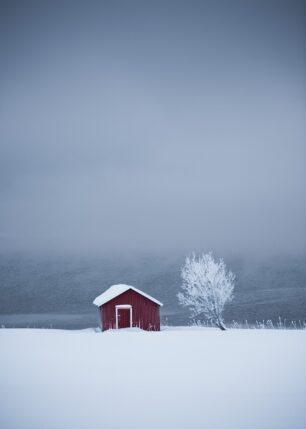 naust i kald vinter, fotokunst veggbilde / plakat av Kristoffer Vangen