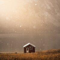 Dalende snø i fint lys, fotokunst veggbilde / plakat av Kristoffer Vangen