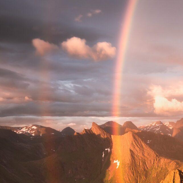 Regnbue og fjell, fotokunst veggbilde / plakat av Kristoffer Vangen