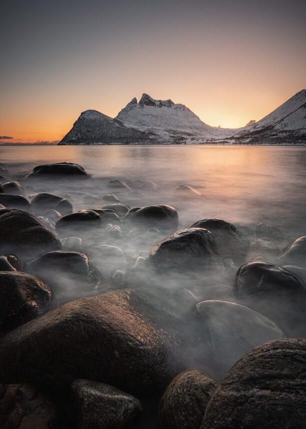 fjell og hav i solnedgang, fotokunst veggbilde / plakat av Kristoffer Vangen
