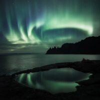 Nordlys med refleksjon, fotokunst veggbilde / plakat av Kristoffer Vangen
