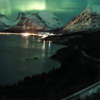 Nordlys med utsikt, fotokunst veggbilde / plakat av Kristoffer Vangen