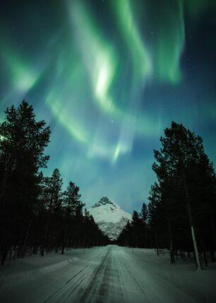 Nordlys med fjell og vei, fotokunst veggbilde / plakat av Kristoffer Vangen