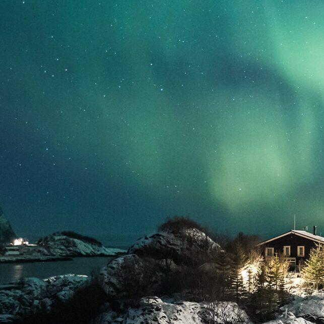 Nordlys over øy og hytte, fotokunst veggbilde / plakat av Kristoffer Vangen