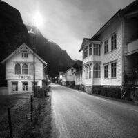 Gate med tradisjonelle hus, fotokunst veggbilde / plakat av Kristoffer Vangen
