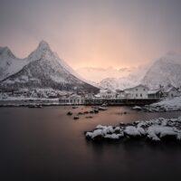 Bygd i vinter og solnedgang, fotokunst veggbilde / plakat av Kristoffer Vangen