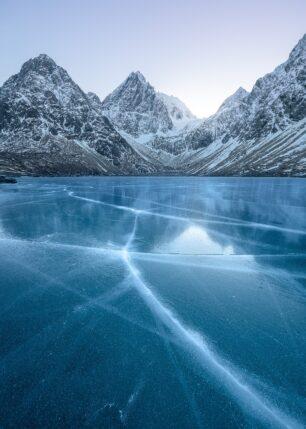 blå is med sprekker og fjell, fotokunst veggbilde / plakat av Kristoffer Vangen