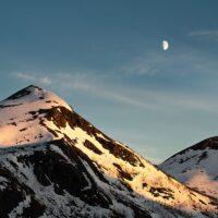 Fjell og måne i kveldslys, fotokunst veggbilde / plakat av Kristoffer Vangen