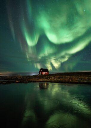 Naust under nordlyset, fotokunst veggbilde / plakat av Kristoffer Vangen