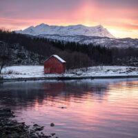 naust langs kysten i solnedgang, fotokunst veggbilde / plakat av Kristoffer Vangen