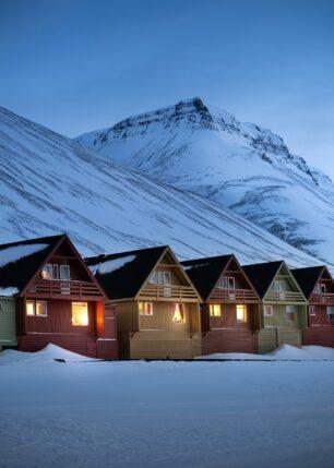 Hus og fjell i blåtime på Svalbard, fotokunst veggbilde / plakat av Kristoffer Vangen