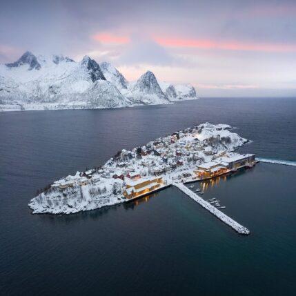 Dronebilde av Husøy på vinteren, fotokunst veggbilde / plakat av Kristoffer Vangen