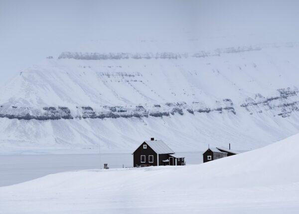 Jakthytte på Svalbard, fotokunst veggbilde / plakat av Kristoffer Vangen
