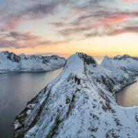 Dronebilde av fjell og fjorder i solnedgang, fotokunst veggbilde / plakat av Kristoffer Vangen
