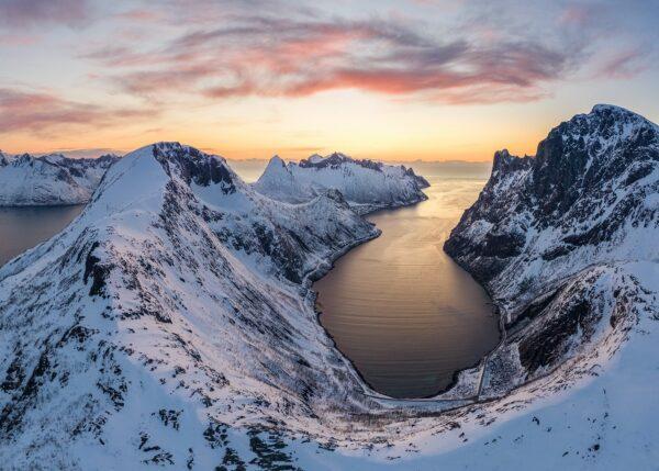 Dronebilde av fjell og fjord i solnedgang, fotokunst veggbilde / plakat av Kristoffer Vangen