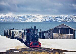Landskapsbilde med en forlatt gruveskinne i svart hvitt, fotokunst veggbilde / plakat av Thor Håkon Ulstad