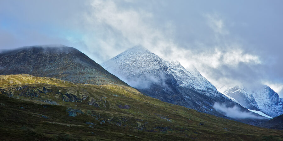 Store Skagastølstind i skyene av Peder Aaserud Eikeland