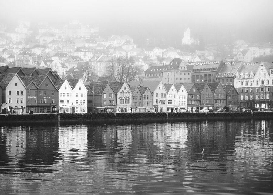 Bryggen i Bergen sort hvitt av Peder Aaserud Eikeland