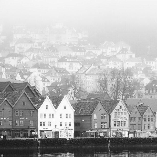 Bryggen i Bergen sort hvitt, fotokunst veggbilde / plakat av Peder Aaserud Eikeland