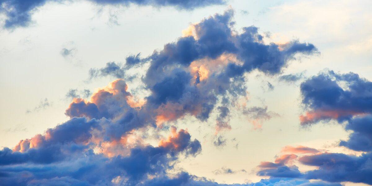 Solnedgang bak skyene av Peder Aaserud Eikeland