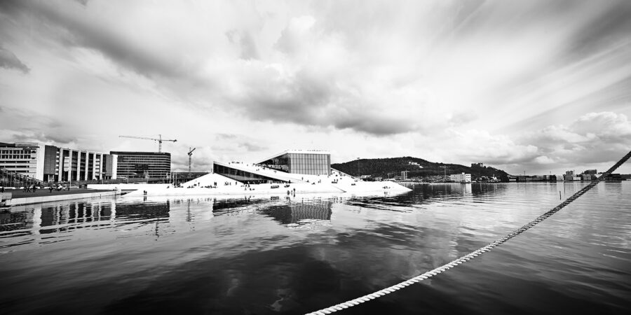 Sort-hvitt panoramabilde av Den Norske Opera av Peder Aaserud Eikeland