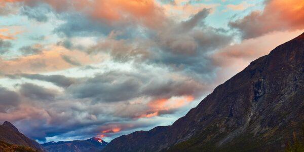 Morgensolen kommer inn over Jotunheimen, fotokunst veggbilde / plakat av Peder Aaserud Eikeland