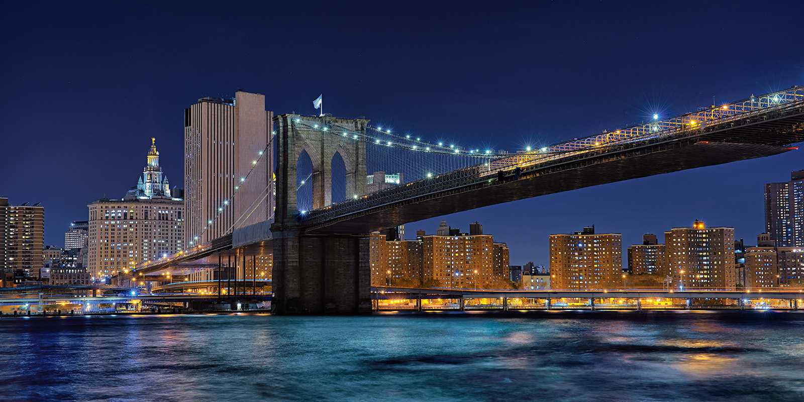 Brooklyn Bridge mot Manhattan på kvelden av Peder Aaserud Eikeland