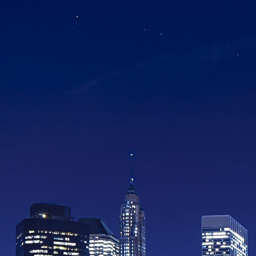 Manhattan skyline fra Brooklyn på kvelden av Peder Aaserud Eikeland