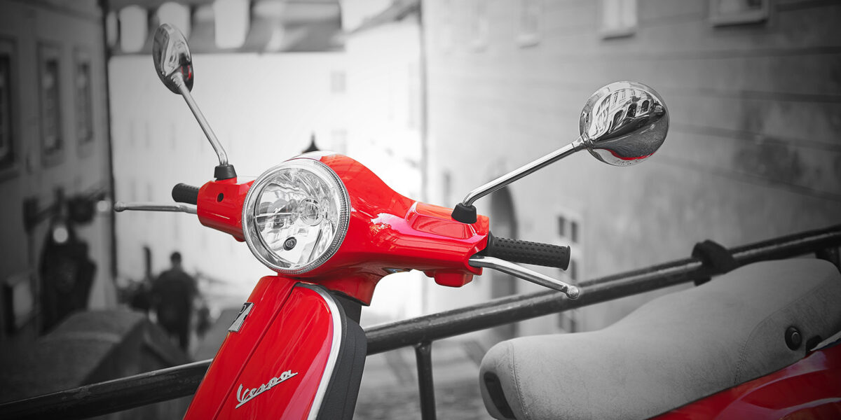 Knallrød Vespa scooter, fotokunst veggbilde / plakat av Peder Aaserud Eikeland
